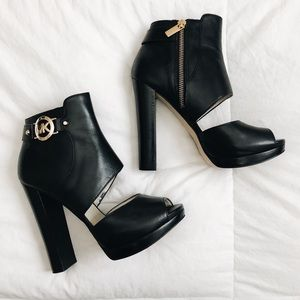 MICHAEL KORS Black Booties with gold details